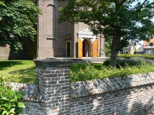 Kerk van Burgh met kerkhofmuurtje (foto Aad de Klerk).
