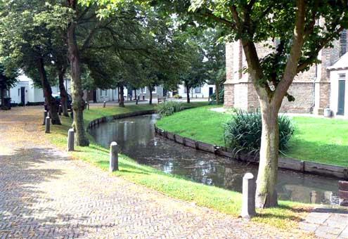 Ringgracht rondom het kerkhof van Noordgouwe (foto Aad de Klerk).