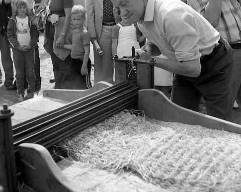Braken of brakelen, tijdens folkloristische dag in IJzendijke, 1981 (ZB, Beeldbank Zeeland, foto O. de Milliano).