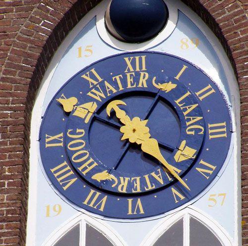 Astronomische getijdenklok aan de kerktoren in Arnemuiden. (foto Vanno)