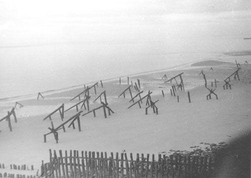 Versperringen op het strand van Vlissingen, november 1944. (Zeeuwse Bibliotheek, Beeldbank Zeeland)
