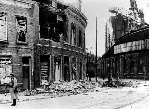 Verwoest deel van het Betje Wolffplein in Vlissingen, met op de achtergrond de in aanbouw zijnde Willem Ruys, november 1944. (foto Beeldbank Zeeland)