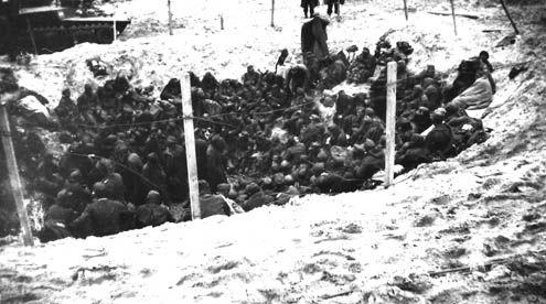 Krijsgevangen Duitse militairen in een bomkrater bij Westkapelle, 1 november 1944. (Foto J.A.B. Hillsman, Zeeuwse Bibliotheek, Beeldbank Zeeland)