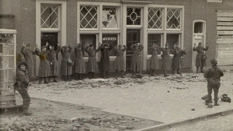 Krijgsgevangen Duitse militairen op de Markt in Middelburg. (Zeeuws Archief, HTAM)