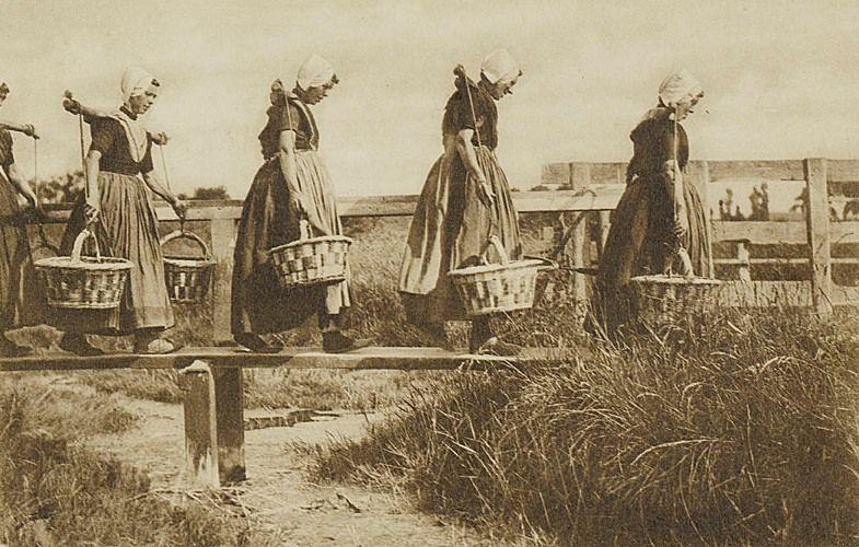 Visleursters uit Arnemuiden op weg naar de markt, circa 1900. (Zeeuws Archief, HTAM)
