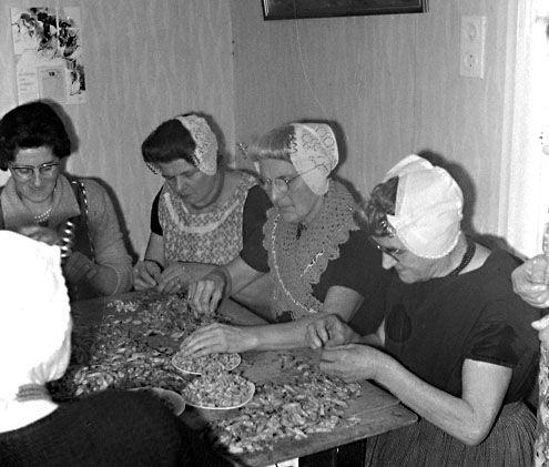 Arnemuidse vrouwen pellen thuis garnalen, 1963. (Foto J. Midavaine. Zeeuwse Biliotheek, Beeldbank Zeeland)