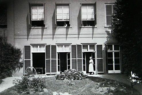 Dienstbode van de familie Bolle in de tuin achter het huis aan de Nieuwstraat in Middelburg, 1901. (Foto Anne Bolle. Zeeuwse Bibliotheek, Beeldbank Zeeland)