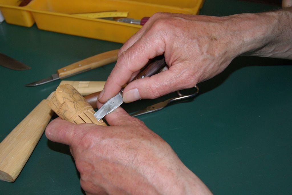 Het snijden van een heft voor een boerenzakmes ('paeremes').