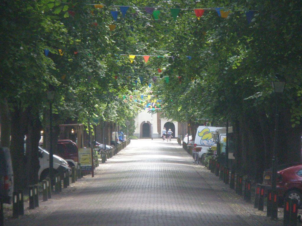 De Voorstraat in Colijnsplaat loopt vanaf de dijk naar het kerkhof. Op de foto ziet u aan het einde de kerk. (Beeldbank SCEZ)