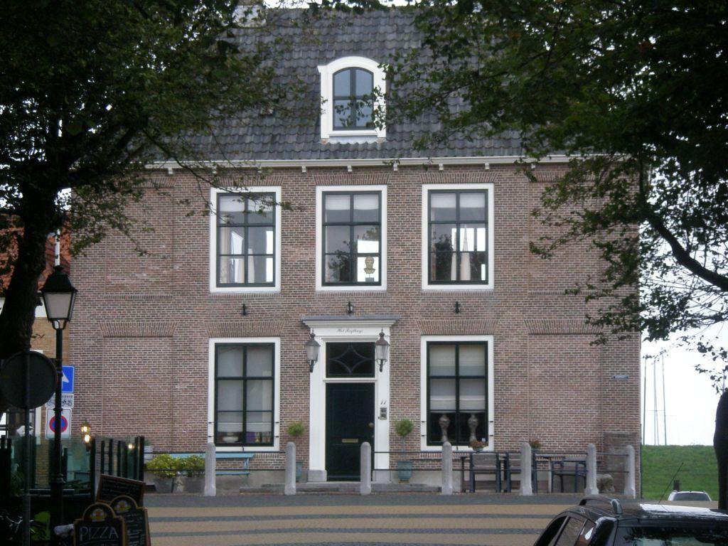 Het Rechthuis in Colijnsplaat, aan het uiteinde van de Voorstraat. (Beeldbank SCEZ)
