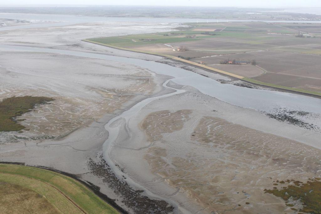 Sint-Philipsland aan de Krabbenkreek, met schorren en slikken. (Foto Joop van den Houdt, Beeldbank Rijkswaterstaat)