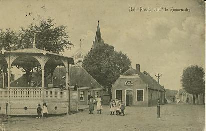 De fraai geornamenteerde houten muziektent aan het Breedveld in Zonnemaire rond 1900.