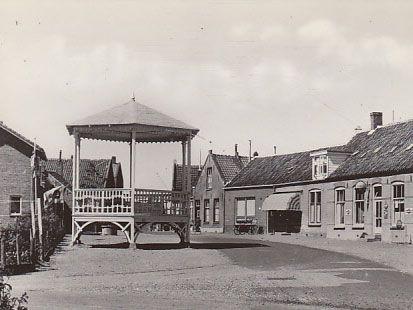 De houten muziektent in de Dorpsstraat in Scharendijke rond 1960. (Zeeuwse Bibliotheek, Beeldbank Zeeland)