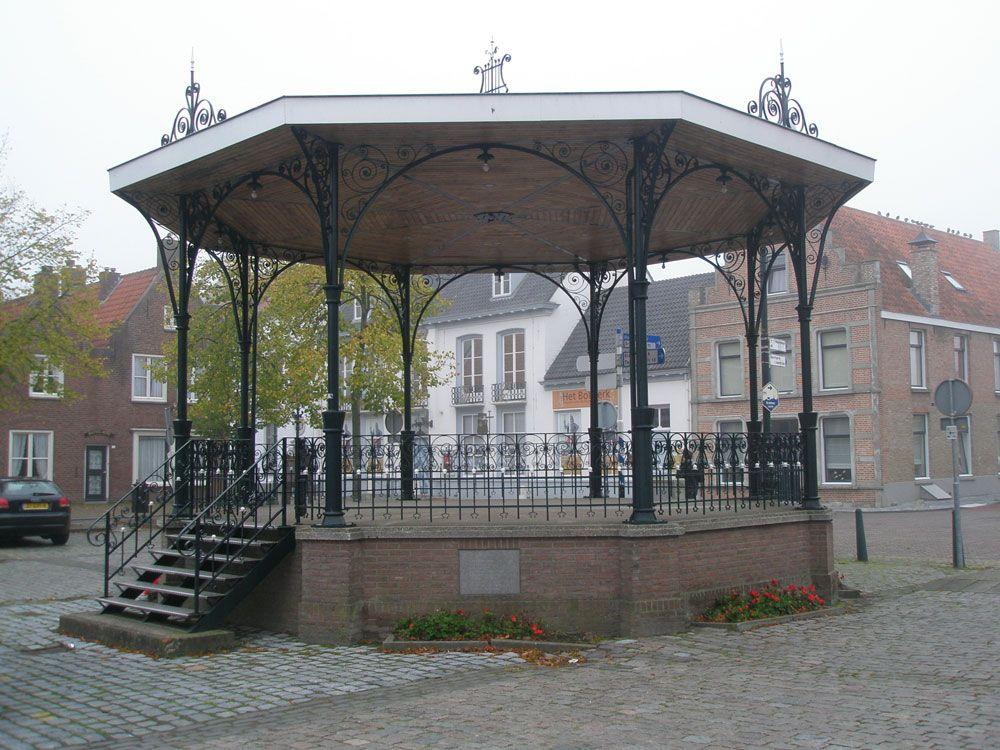 De muziektent op de Markt in IJzendijke is in 1989 herbouwd. (Beeldbank SCEZ)