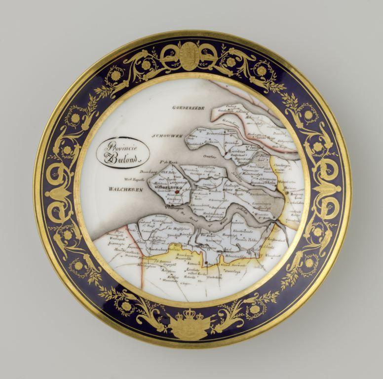 Bord met de kaart van Zeeland als decor. Anoniem, 1822. (Collectie Rijksmuseum)