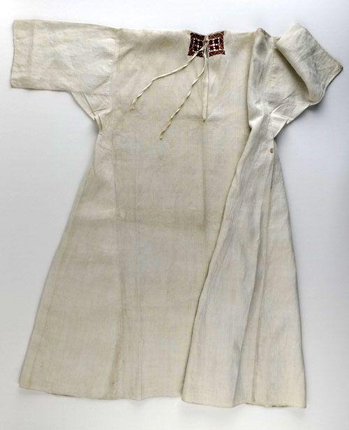 Vrouwenhemd met geborduurd halsboord, 1775-1800. Linnen, zijde. Zeeuws Museum, collectie Zeeuws Genootschap, foto Ivo Wennekes.