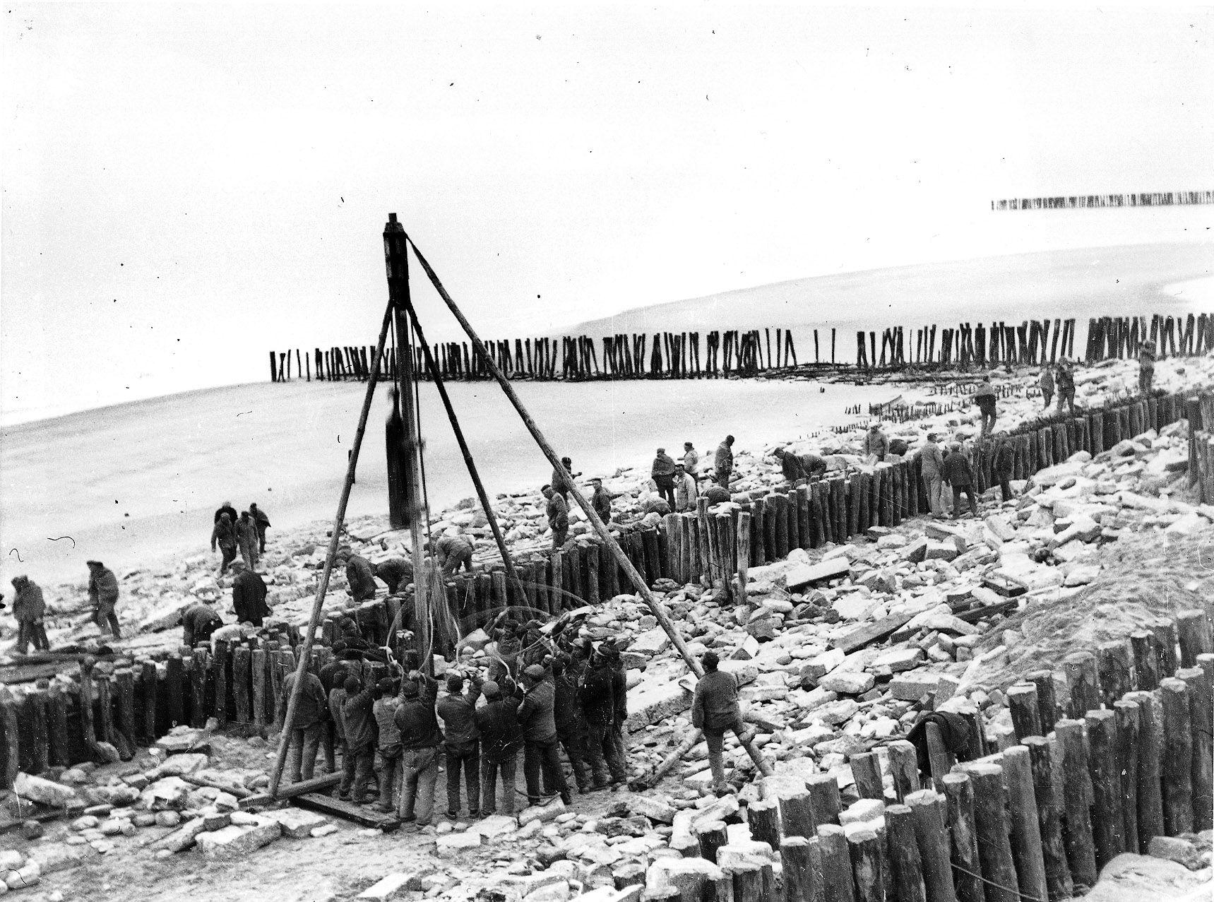 Heiwerk aan de dijk bij Westkapelle na een storm in 1944. (Zeeuws Archief, coll. N. Flipse-Roelse)