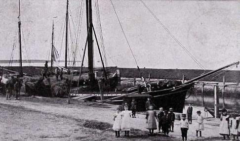 Laden van vlas in de haven van Colijnsplaat. Uitsnede prentbriefkaart, circa 1901. (Zeeuwse Bibliotheek, Beeldbank Zeeland, collectie Terwoert)