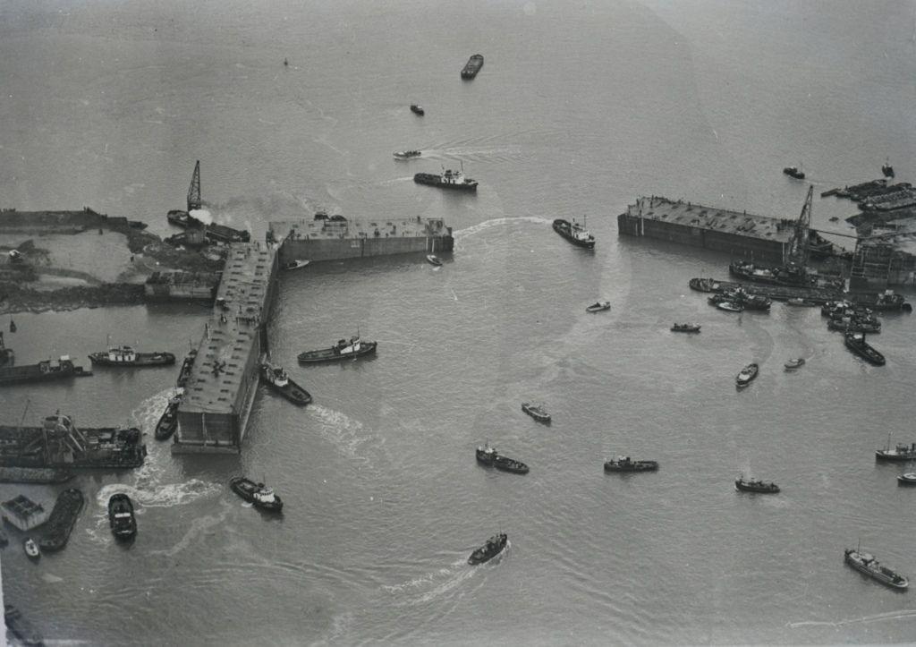 Plaatsing van de caissons bij Ouwerkerk, 1953. (Beeldbank Rijkswaterstaat,afdeling multimedia)