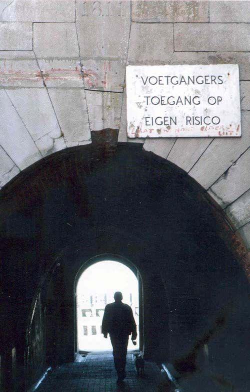 Onderdoorgang van het Keizersbolwerk met in het midden bovenin de gedenksteen.