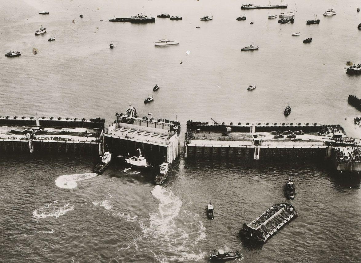 Invaren van het laatste caisson van de Veerse Gatdam, 1961. De afsluiting van het Veerse Gat was daarmee een feit. (Zeeuws Archief, foto Aero Camera NV, Luchthaven Rotterdam)