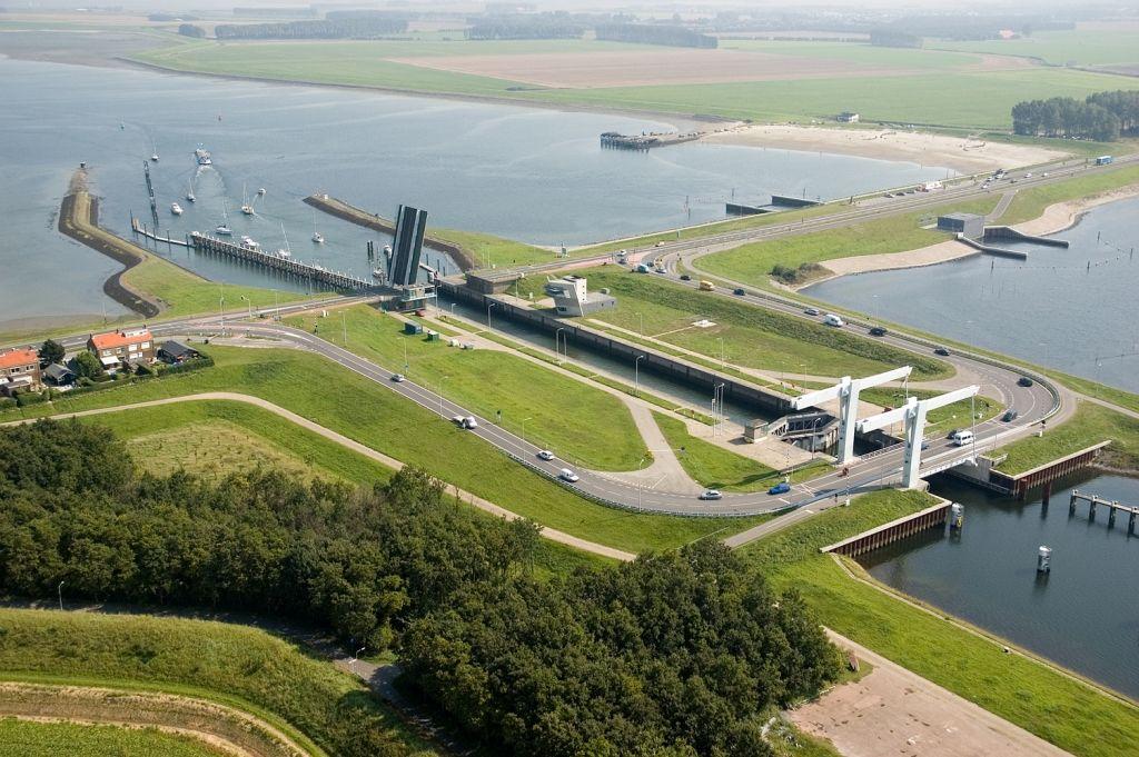 Zandkreekdam, 2008. Deze dam verbond Noord- en Zuid-Beveland en sloot aan de oostzijde het Veerse Meer af. (Beeldbank Rijkswaterstaat, foto Joop van Houdt)