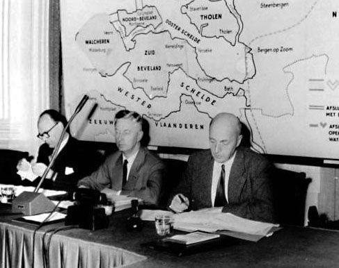 Tijdens de behandeling van de Deltawet in de Tweede Kamer. Met de ministers Algera (Verkeer en Waterstaat) en Mansholt (Landbouw, Visserij en Voedselvoorziening) 1957. (Zeeuwse Bibliotheek, Beeldbank Zeeland)