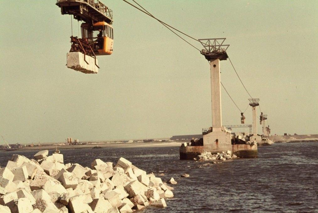 Aanleg van de Grevelingendam, 1958. Bij de aanleg van de dam werd een kabelbaan ingezet. (Beeldbank Rijkswaterstaat)