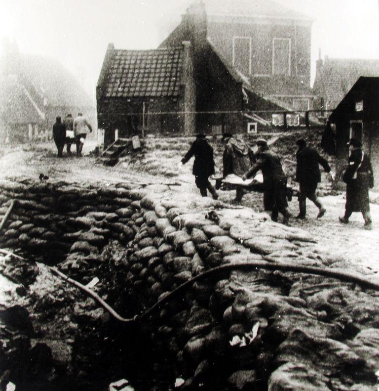 Slachtoffers in Stavenisse worden geborgen. (Zeeuwse Bibliotheek, Beeldbank Zeeland)