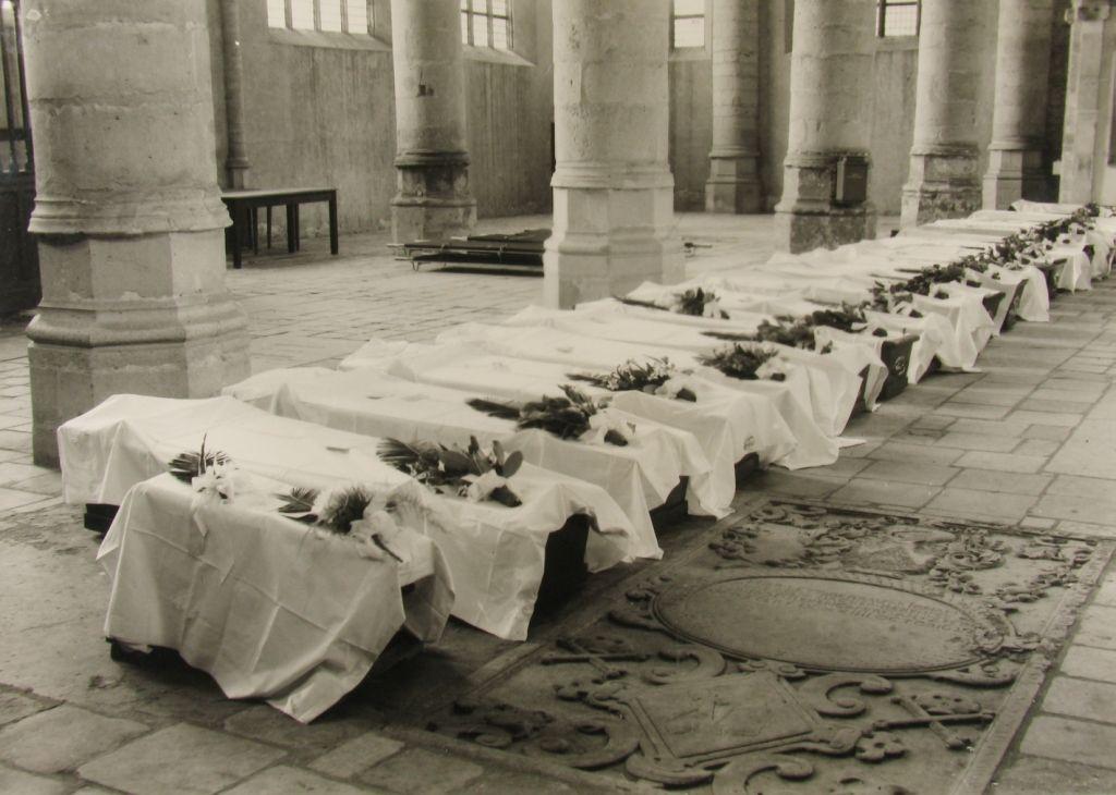 Slachtoffers opgebaard in de Grote of Maria Magdalenakerk in Goes. (Zeeuwse Bibliotheek, Beeldbank Zeeland)