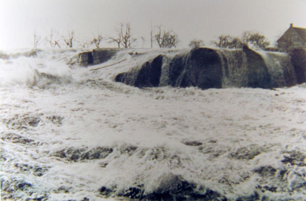 Een muur van water: dijkdoorbraak bij de Nieuw-Neuzenpolder, Zeeuws-Vlaanderen. (Zeeuwse Bibliotheek, Beeldbank Zeeland)