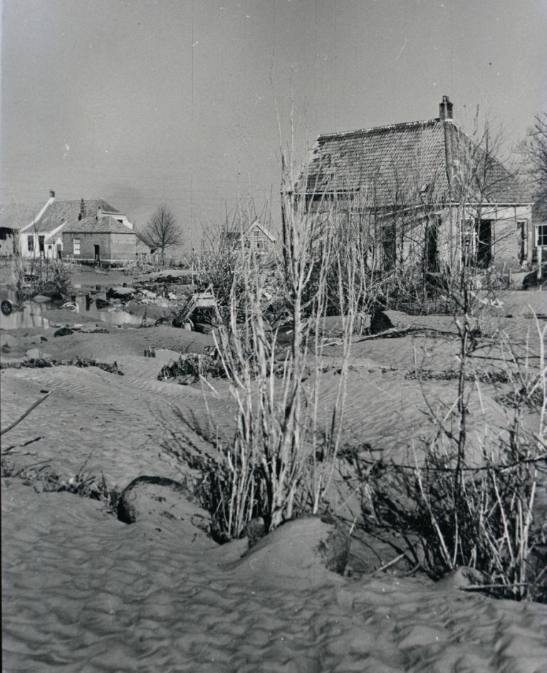 Ravage in Ouwerkerk nadat het land weer was drooggelegd. (Beeldbank Rijkswaterstaat, afd. Multimedia)
