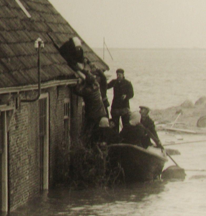 Redding in Dreischor door een gat uit het dak. (Zeeuwse Bibliotheek, Beeldbank Zeeland)