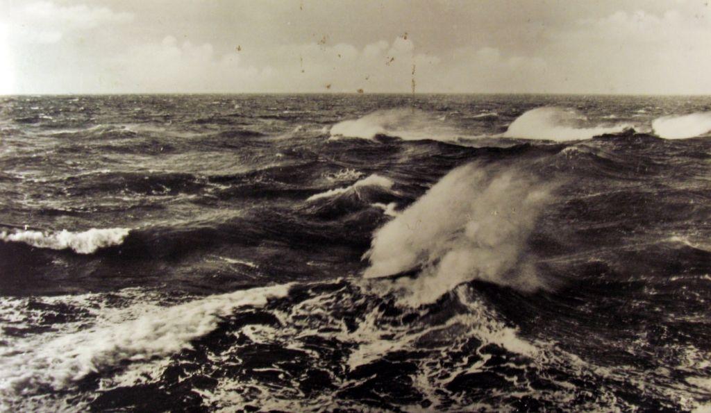 Golven op de Noordzee. Prentbriefkaart jaren vijftig. (Zeeuwse Bibliotheek, Beeldbank Zeeland)
