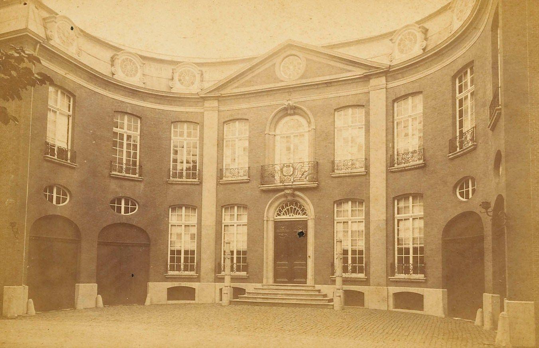 Het gebouw aan het Hofplein toen het rechtbank was. Eerder was dit Schorers woonhuis. Foto C.W. Bauer, circa 1885. (Zeeuws Archief)