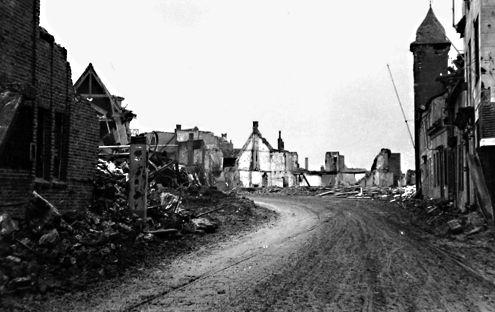 Oostburg in 1944 met de Markt met links voor het beursgebouw en garage Hontelez, rechts de ingang van café Roosevelt en rechtsachter de toren van het toenmalige gemeentehuis. (Zeeuwse Bibliotheek, Beeldbank Zeeland)