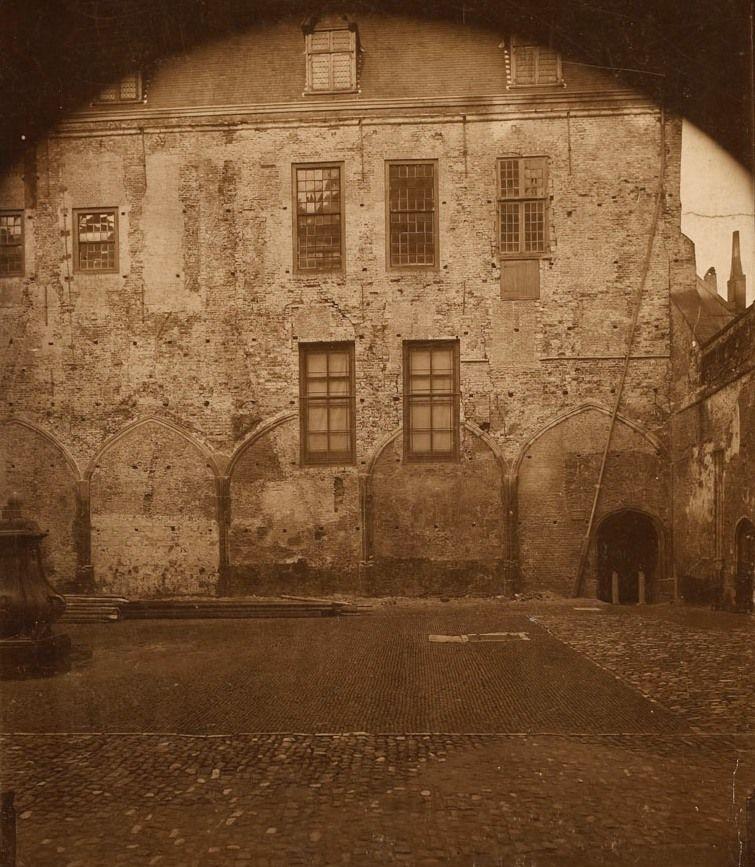 Gezicht op de Kloosterhof vóór de restauratie van de Kloostergangen, circa 1895. (Zeeuws Archief)