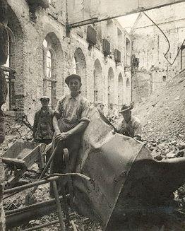 Puinruimers in de westvleugel aan de Kloostertuin in de Abdij te Middelburg, 1940. (Zeeuws Archief, foto C.P. Snijders)