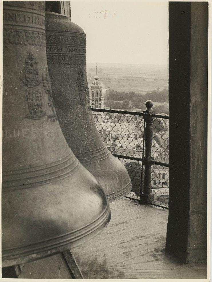 Klokken in de Abdijtoren, circa 1965. (Zeeuws Archief, foto Jos-P, Arnhem)