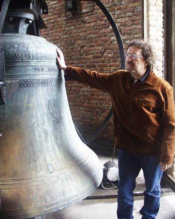 De toenmalige stadsbeiaardier Henk G. van Putten bij de grote klok in de Abdijtoren, 2003. (Zeeuws Archief, gemeente Middelburg)