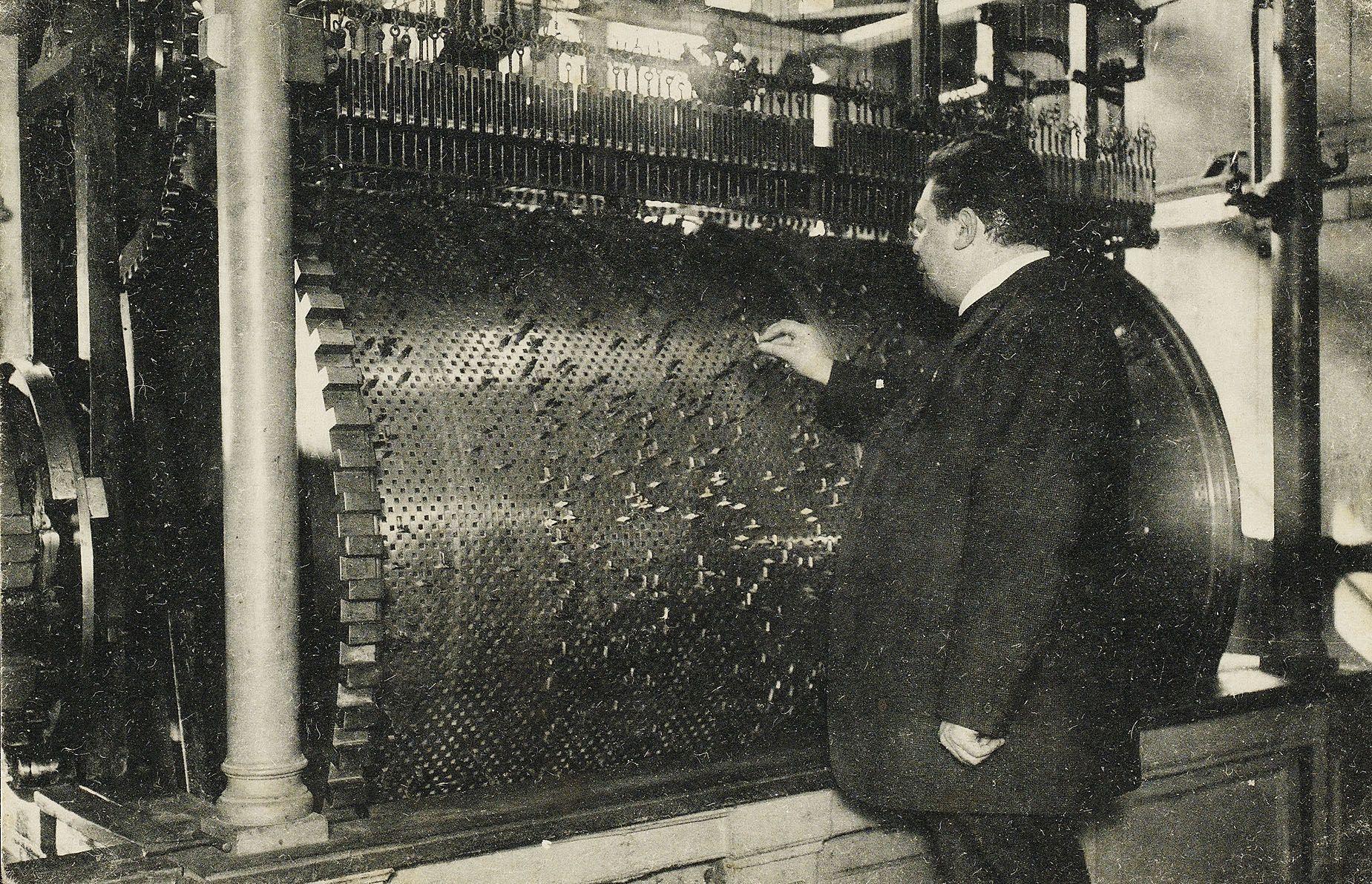 Beiaardier Jan Morks bezig met het plaatsen van nieuwe muziekstukken in de Abdijtoren te Middelburg, circa 1915. (Zeeuws Archief)