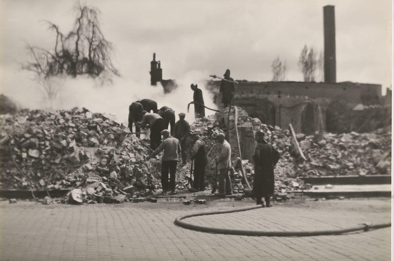 Bluswerkzaamheden in de binnenstad, mei 1940. (Zeeuws Archief, HTAM)