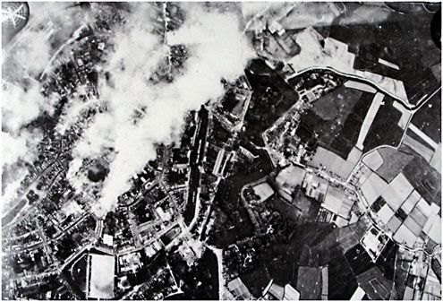 Duitse luchtfoto van het brandende Middelburg, 18 mei 1940. (ZB, Beeldbank Zeeland)