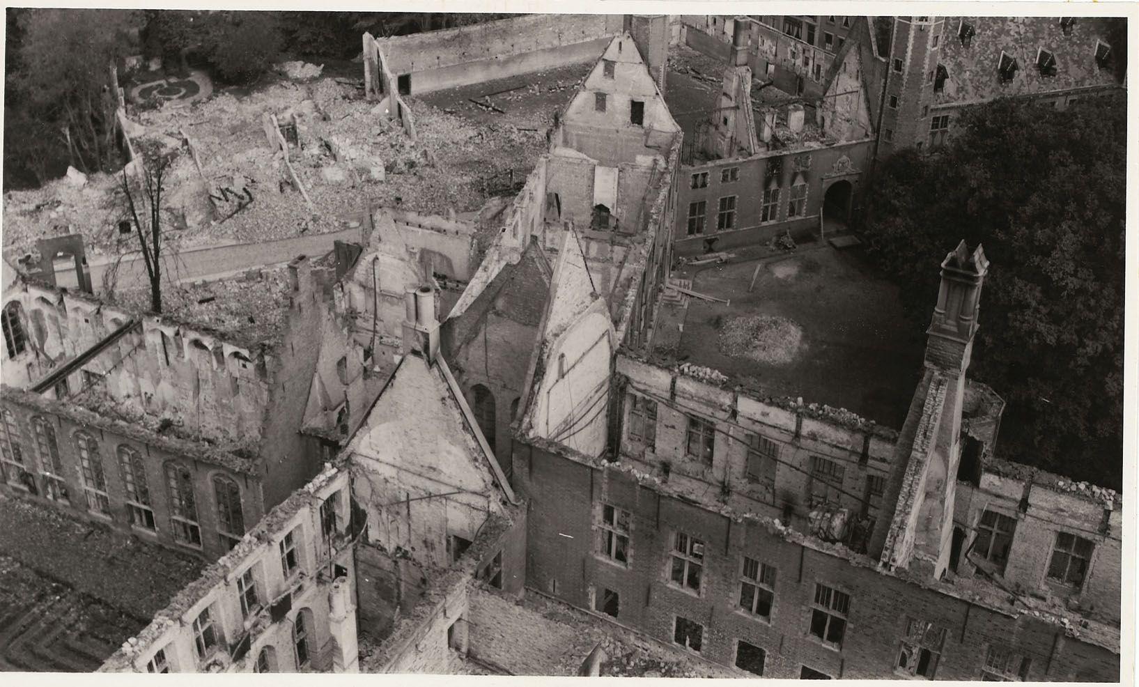 Gezicht vanaf de Abdijtoren op een deel van de Abdij na de brand, 1940. (Zeeuws Archief, HTAM)