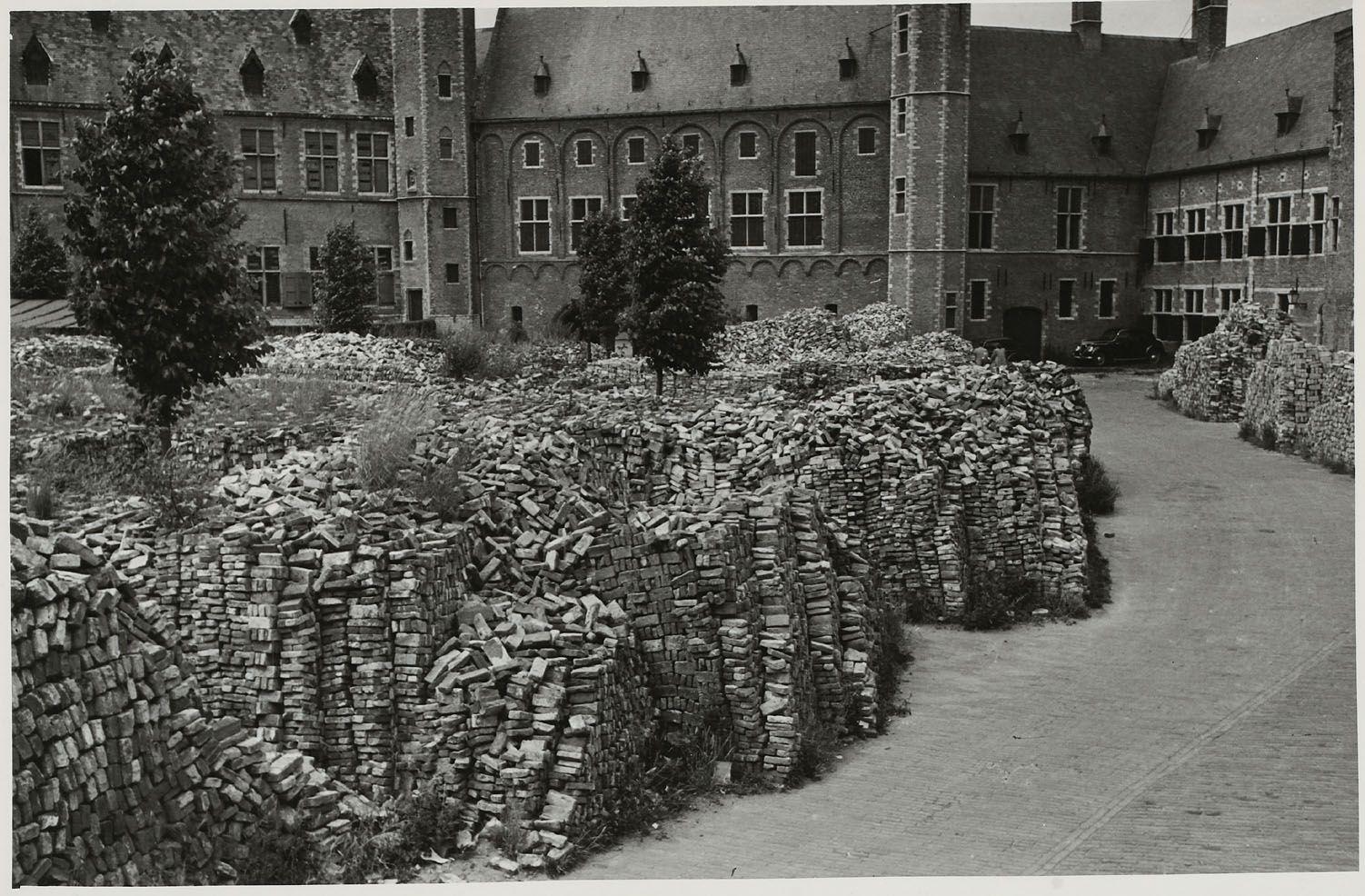 Abdijplein omstreeks 1946. Stapels stenen liggen klaar voor de wederopbouw. (Zeeuws Archief, HTAM, foto Cornelis Henning)