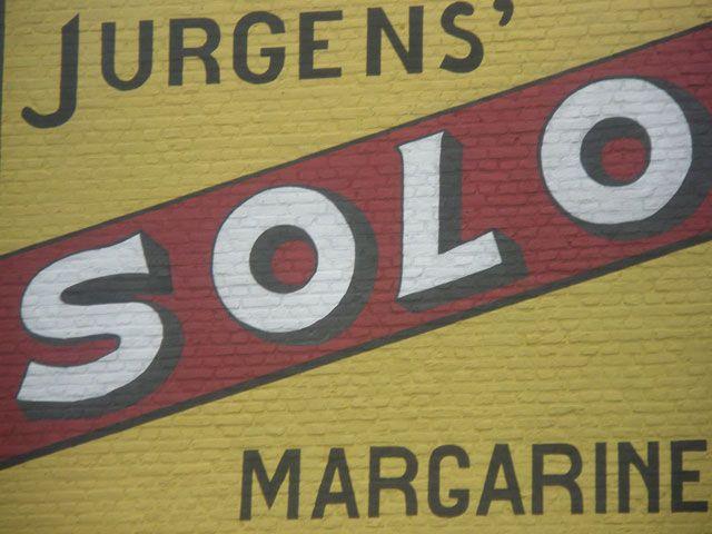 De Solo-muurreclame op de voorgevel van pand Zuidstraat 12 in Dreischor. In Nederland is Solo niet meer te verkrijgen, in België in het als merk nog wel gangbaar. (Beeldbank SCEZ)