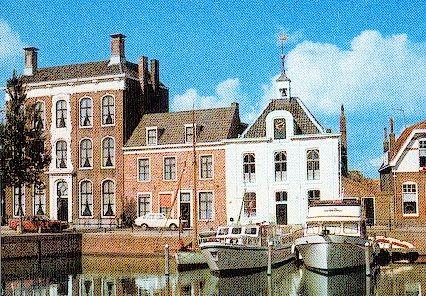 Het witte gebouw met torentje is het 'Soep-'uus' in Goes. Detail van een prentbriefkaart van Goes, 1970-1980. (Zeeuws Archief)