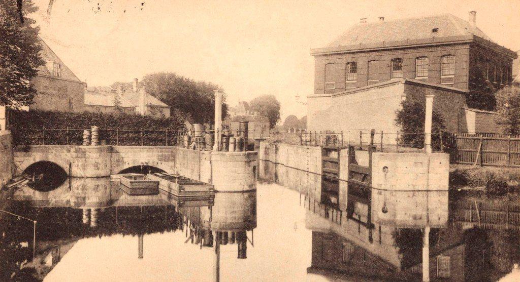 Sluizen in Middelburg, circa 1900. Prentbriefkaart. (Zeeuws Archief)