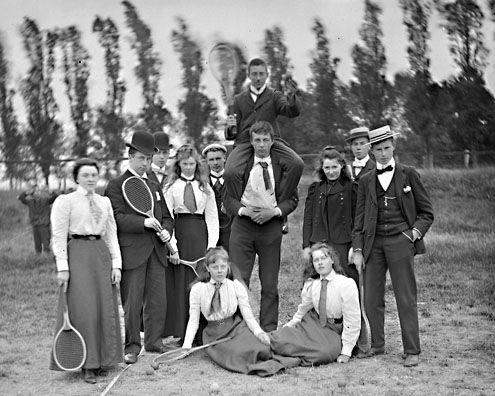 Anne Bolle (zittend rechts) met tennisvrienden, circa 1900. (Zeeuwse Bibliotheek, Beeldbank Zeeland)