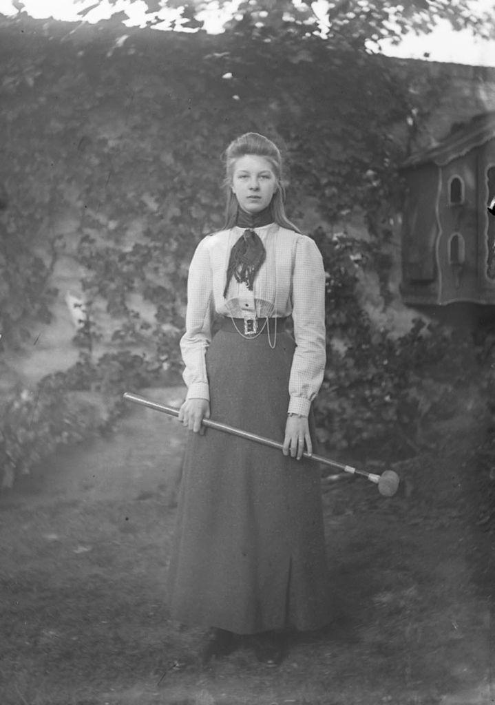 Anne Bolle in de tuin tijdens een croquetspel. Foto van mei 1901. (Zeeuwse Bibliotheek, Beeldbank Zeeland)